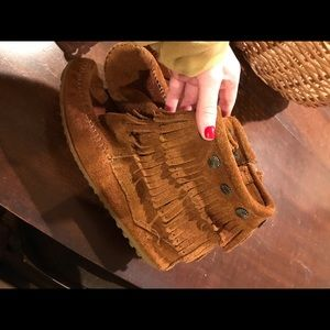 Minnetonka moccasins fringe brown size 7